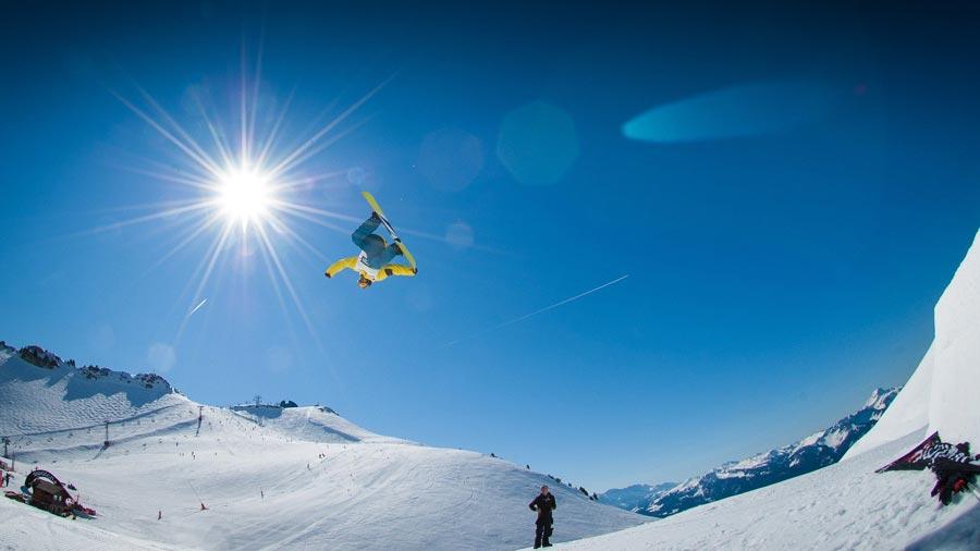 spins snowboard